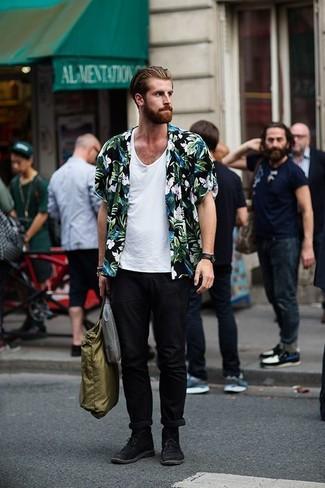 Wie kombinieren: schwarzes Kurzarmhemd mit Blumenmuster, weißes Trägershirt, schwarze Chinohose, schwarze Chukka-Stiefel aus Wildleder
