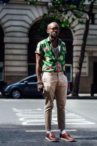 Wie kombinieren: grünes bedrucktes Kurzarmhemd, weißes und dunkelblaues horizontal gestreiftes Trägershirt, beige Chinohose, braune Leder Derby Schuhe