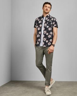 Olivgrüne Chinohose kombinieren: Vereinigen Sie ein schwarzes und weißes Kurzarmhemd mit Blumenmuster mit einer olivgrünen Chinohose, um mühelos alles zu meistern, was auch immer der Tag bringen mag. Hellbeige Leder niedrige Sneakers sind eine kluge Wahl, um dieses Outfit zu vervollständigen.