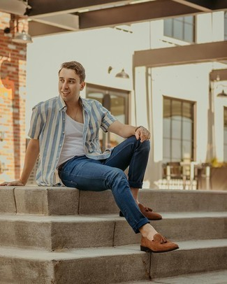 Braune Wildleder Slipper mit Quasten kombinieren – 500+ Herren Outfits: Die Kombination von einem weißen und blauen vertikal gestreiften Kurzarmhemd und dunkelblauen Jeans erlaubt es Ihnen, Ihren Freizeitstil klar und einfach zu halten. Schalten Sie Ihren Kleidungsbestienmodus an und machen braunen Wildleder Slipper mit Quasten zu Ihrer Schuhwerkwahl.