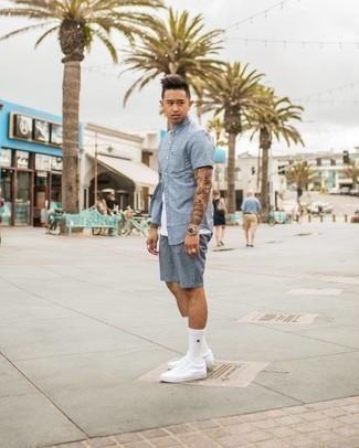 Weißes Trägershirt kombinieren – 500+ Herren Outfits: Für ein bequemes Couch-Outfit, kombinieren Sie ein weißes Trägershirt mit hellblauen bedruckten Shorts. Fühlen Sie sich ideenreich? Wählen Sie weißen Segeltuch niedrige Sneakers.