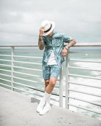 Weißes Trägershirt kombinieren – 500+ Herren Outfits: Tragen Sie ein weißes Trägershirt und hellblauen bedruckten Shorts für einen entspannten Wochenend-Look. Ergänzen Sie Ihr Outfit mit weißen Segeltuch niedrigen Sneakers, um Ihr Modebewusstsein zu zeigen.