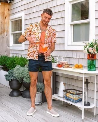 Dunkelblaue Shorts kombinieren – 500+ Herren Outfits: Kombinieren Sie ein weißes Kurzarmhemd mit Blumenmuster mit dunkelblauen Shorts, um einen lockeren, aber dennoch stylischen Look zu erhalten. Hellbeige Slip-On Sneakers aus Wildleder sind eine kluge Wahl, um dieses Outfit zu vervollständigen.