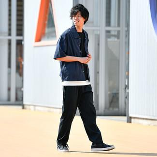 Herbst Outfits Herren 2021: Paaren Sie ein dunkelblaues Kurzarmhemd mit einer schwarzen Chinohose für ein großartiges Wochenend-Outfit. Vervollständigen Sie Ihr Look mit schwarzen Leder niedrigen Sneakers. Was für eine coole Herbst-Look Idee!