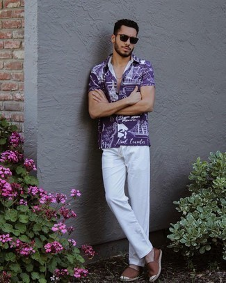 Herren Outfits 2021: Kombinieren Sie ein violettes bedrucktes Kurzarmhemd mit einer weißen Chinohose für ein bequemes Outfit, das außerdem gut zusammen passt. Komplettieren Sie Ihr Outfit mit braunen Segeltuch Espadrilles.