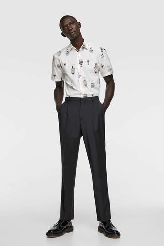 Schwarze Anzughose kombinieren: Tragen Sie ein weißes bedrucktes Kurzarmhemd und eine schwarze Anzughose für Drinks nach der Arbeit. Schwarze Leder Derby Schuhe bringen klassische Ästhetik zum Ensemble.