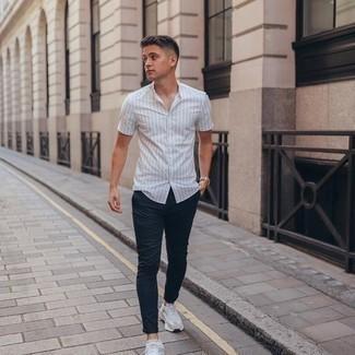 Silbernes Armband kombinieren – 1200+ Herren Outfits: Ein weißes vertikal gestreiftes Kurzarmhemd und ein silbernes Armband sind eine perfekte Wochenend-Kombination. Fühlen Sie sich ideenreich? Entscheiden Sie sich für weißen Sportschuhe.