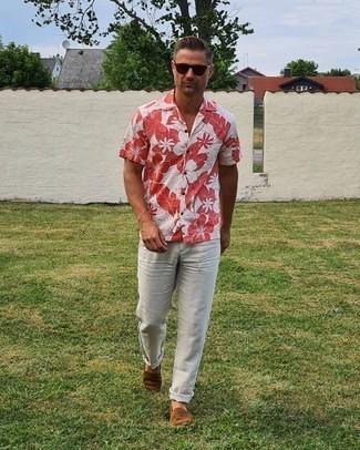 Graue Chinohose kombinieren – 500+ Herren Outfits: Kombinieren Sie ein weißes Kurzarmhemd mit Blumenmuster mit einer grauen Chinohose für ein bequemes Outfit, das außerdem gut zusammen passt. Dieses Outfit passt hervorragend zusammen mit braunen Wildleder Espadrilles.