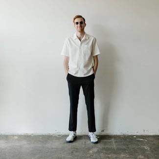 Weiße und dunkelblaue Segeltuch niedrige Sneakers kombinieren – 500+ Herren Outfits: Kombinieren Sie ein weißes Kurzarmhemd mit einer schwarzen Chinohose, um einen lockeren, aber dennoch stylischen Look zu erhalten. Komplettieren Sie Ihr Outfit mit weißen und dunkelblauen Segeltuch niedrigen Sneakers.