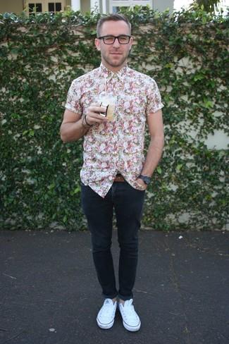 Wie kombinieren: weißes Kurzarmhemd mit Blumenmuster, dunkelblaue enge Jeans, weiße niedrige Sneakers, brauner Ledergürtel