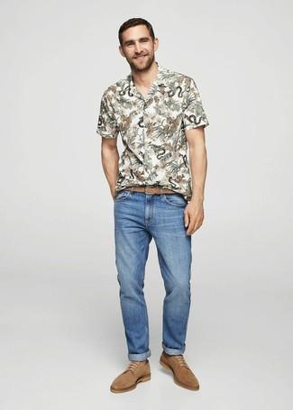 Wie kombinieren: weißes Kurzarmhemd mit Blumenmuster, blaue Jeans, beige Wildleder Derby Schuhe, beige geflochtener Ledergürtel