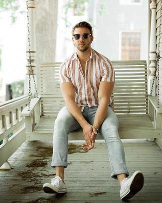 Hellblaue Jeans kombinieren – 1200+ Herren Outfits: Kombinieren Sie ein weißes vertikal gestreiftes Kurzarmhemd mit hellblauen Jeans, um mühelos alles zu meistern, was auch immer der Tag bringen mag. Weiße Segeltuch niedrige Sneakers sind eine gute Wahl, um dieses Outfit zu vervollständigen.