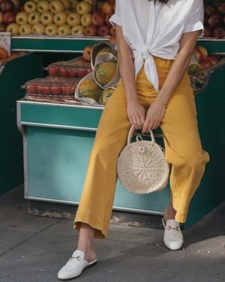 Weißes Kurzarmhemd kombinieren – 47 Damen Outfits: Wer perfekt aber lässig gekleidet sein will, setzt oft auf schicke Outfits, wie zum Beispiel die Kombination aus einem weißen Kurzarmhemd und senf Schlagjeans. Ergänzen Sie Ihr Look mit weißen Leder Slippern.