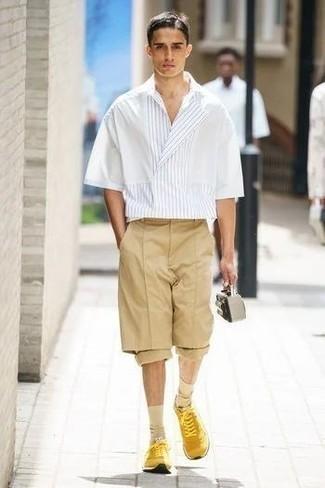 Hellbeige Socken kombinieren – 368 Herren Outfits: Paaren Sie ein weißes vertikal gestreiftes Kurzarmhemd mit hellbeige Socken für einen entspannten Wochenend-Look. Senf Sportschuhe sind eine einfache Möglichkeit, Ihren Look aufzuwerten.