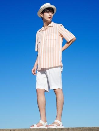 Wie kombinieren: weißes vertikal gestreiftes Kurzarmhemd, weiße Shorts, weiße Ledersandalen, weißer Strohhut