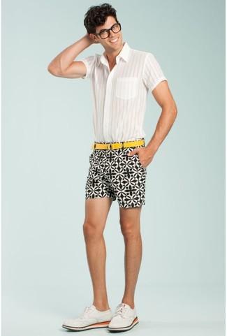 Wie kombinieren: weißes vertikal gestreiftes Kurzarmhemd, weiße und schwarze bedruckte Shorts, weiße Wildleder Brogues, gelber Segeltuchgürtel