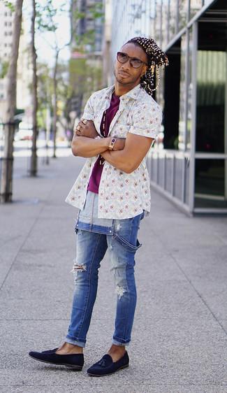 Wie kombinieren: weißes Kurzarmhemd mit Blumenmuster, lila T-Shirt mit einem Rundhalsausschnitt, blaue Jeans Latzhose, dunkelblaue Wildleder Slipper mit Quasten