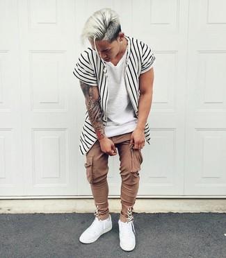 Wie kombinieren: weißes und schwarzes vertikal gestreiftes Kurzarmhemd, weißes T-Shirt mit einem Rundhalsausschnitt, braune Cargohose, weiße Leder niedrige Sneakers