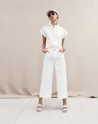 Paaren Sie ein weißes kurzarmhemd mit einer weißen weiter hose aus jeans für Drinks nach der Arbeit. Weiße leder pantoletten für damen von Moschino sind eine ideale Wahl, um dieses Outfit zu vervollständigen.