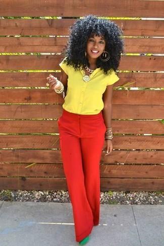 Wie kombinieren: gelbes Kurzarmhemd, rote weite Hose, grüne Wildleder Pumps, goldenes Armband