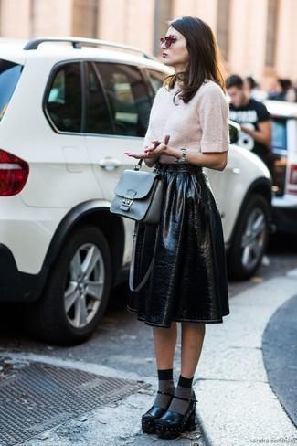 Wie kombinieren: hellbeige Kurzarmpullover, schwarzer ausgestellter Rock aus Leder, schwarze klobige Leder Pumps, graue Satchel-Tasche aus Leder