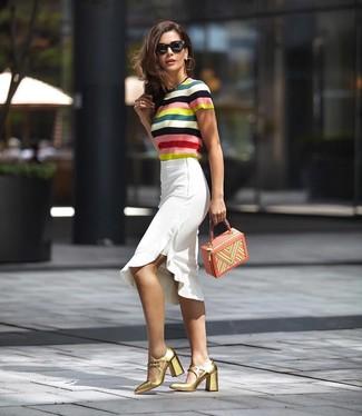 Wie kombinieren: mehrfarbiger horizontal gestreifter Kurzarmpullover, weißer Bleistiftrock mit Rüschen, goldene Leder Pumps, mehrfarbige Lederhandtasche