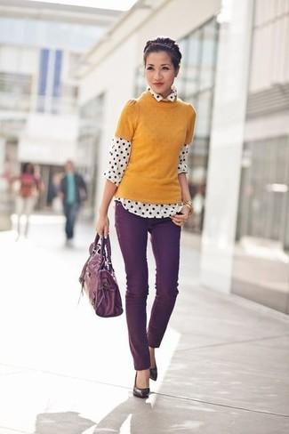 senf Kurzarmpullover, weißes und schwarzes gepunktetes Chiffon Businesshemd, dunkellila enge Jeans, dunkellila Leder Pumps für Damen