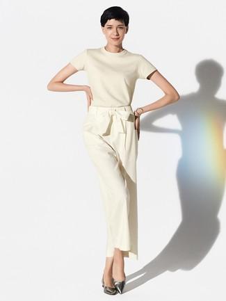 Wie kombinieren: hellbeige Kurzarmpullover, hellbeige weite Hose, silberne Leder Ballerinas, silbernes Armband