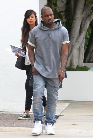 Wie kombinieren: grauer Kurzarmpullover mit einem Kapuze, graues T-Shirt mit einem Rundhalsausschnitt, hellblaue Jeans, weiße Sportschuhe