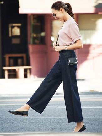 Wie kombinieren: rosa Kurzarmpullover, dunkelblaue weite Hose aus Jeans, schwarze Leder Ballerinas, schwarze Leder Umhängetasche