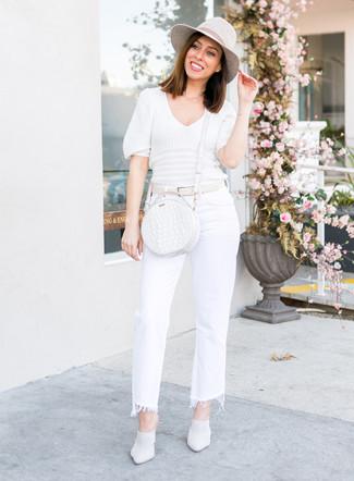 Wie kombinieren: weißer Kurzarmpullover, weiße Schlagjeans, weiße Leder Pantoletten, weiße Leder Umhängetasche