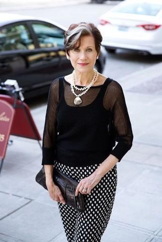 60 Jährige: Outfits Damen 2020: Um ein müheloses Alltags-Outfit zu erzielen, sind ein schwarzer Kurzarmpullover und eine schwarze und weiße gepunktete Karottenhose ganz gut geeignet.