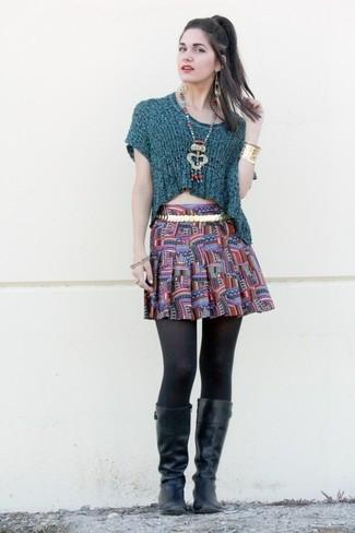 Schwarze kniehohe Stiefel aus Leder kombinieren – 35 Casual Damen Outfits: Probieren Sie die Kombi aus einem dunkeltürkisen Kurzarmpullover und einem mehrfarbigen bedruckten Skaterrock für einen Look, der ideal für die Freizeit geeignet ist. Fügen Sie schwarzen kniehohe Stiefel aus Leder für ein unmittelbares Style-Upgrade zu Ihrem Look hinzu.