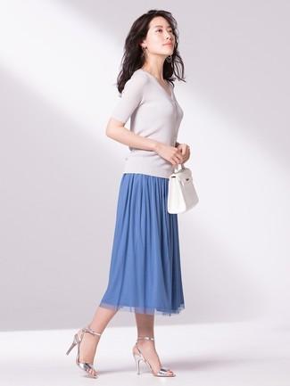 Wie kombinieren: weißer Kurzarmpullover, blauer Falten Midirock, silberne Leder Sandaletten, weiße Shopper Tasche aus Leder