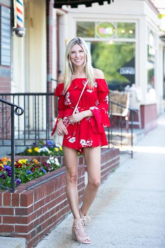 Wie kombinieren: roter kurzer Jumpsuit mit Blumenmuster, hellbeige Keilsandaletten aus Wildleder, weiße Leder Umhängetasche, goldenes Armband