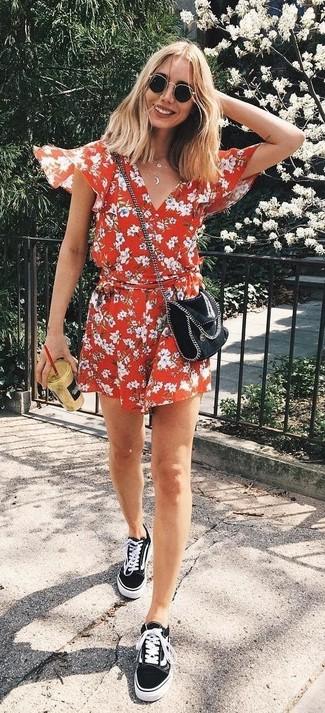 6896dd8a5114 Wie kombinieren  roter kurzer Jumpsuit mit Blumenmuster, schwarze Segeltuch  niedrige Sneakers, schwarze Leder
