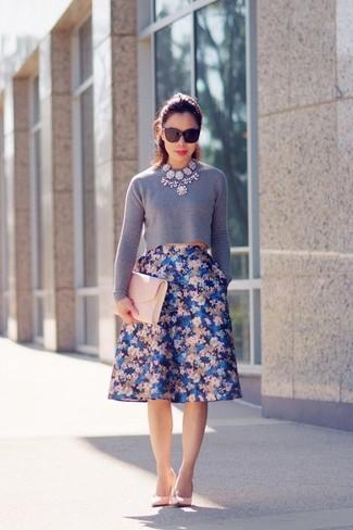 Wie kombinieren: grauer kurzer Pullover, blauer ausgestellter Rock mit Blumenmuster, rosa Leder Pumps, rosa Leder Clutch