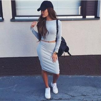 Dunkelgrauen Wollbleistiftrock kombinieren: trends 2020: Ein grauer kurzer Pullover und ein dunkelgrauer Wollbleistiftrock sind absolut lässige Essentials und können mit einer Vielzahl von Kleidungsstücken kombiniert werden. Fühlen Sie sich ideenreich? Ergänzen Sie Ihr Outfit mit weißen Leinenschuhen.