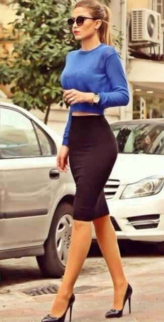 blauer kurzer Pullover, dunkelroter Bleistiftrock, schwarze Leder Pumps,  schwarze Sonnenbrille für Damen   Damenmode 2402836fef