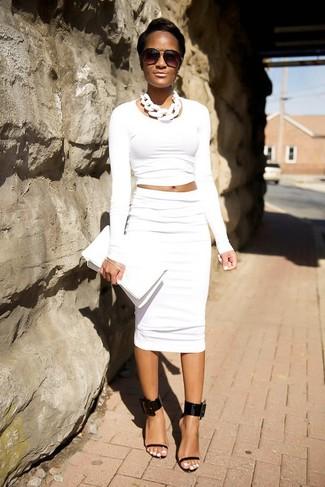 Wie kombinieren: weißer kurzer Pullover, weißer Bleistiftrock, schwarze Leder Sandaletten, weiße Leder Clutch