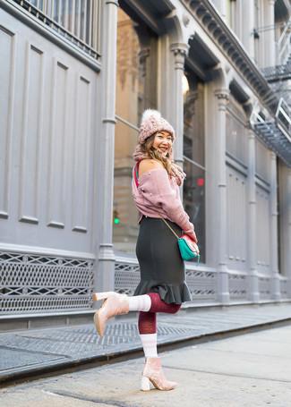 Wie kombinieren: rosa Strick kurzer Pullover, schwarzer Bleistiftrock mit Rüschen, rosa Samt Stiefeletten, mintgrüne Leder Umhängetasche