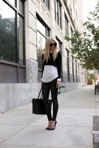 Diese Kombi aus einem schwarzen kurzem Pullover und einer schwarzen enger Hose aus Leder erlaubt es Ihnen, Ihren Casual-Look klar und schlicht zu halten. Vervollständigen Sie Ihr Look mit schwarzen leder pumps.