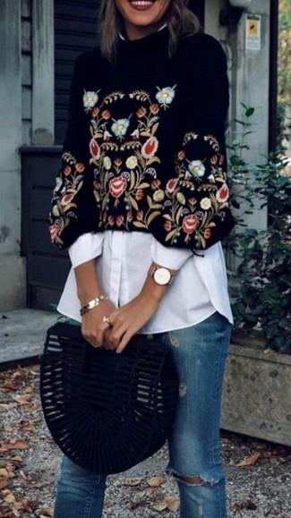 Wie kombinieren: schwarzer bestickter kurzer Pullover, weißes Businesshemd, blaue enge Jeans mit Destroyed-Effekten, schwarze Wildleder Clutch