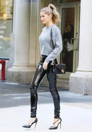 Wie kombinieren: grauer kurzer Pullover, schwarze enge Hose aus Leder, schwarze Leder Pumps, schwarze gesteppte Leder Umhängetasche
