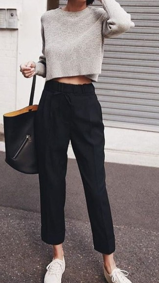 Schwarze Karottenhose kombinieren: trends 2020: Tragen Sie einen grauen kurzen Pullover und eine schwarze Karottenhose, um ein glamuröses Freizeit-Outfit zu kreieren. Fühlen Sie sich ideenreich? Entscheiden Sie sich für weißen Segeltuch niedrige Sneakers.