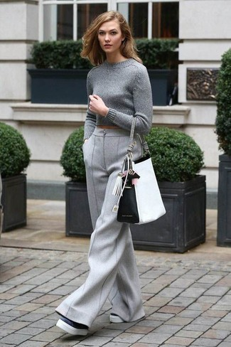 Wie kombinieren: grauer kurzer Pullover, graue Wollweite hose, schwarze und weiße Leder plateau Slippers, weiße und schwarze Shopper Tasche aus Leder
