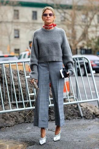 Wie kombinieren: grauer Strick kurzer Pullover, grauer Hosenrock mit Schottenmuster, silberne Leder Pantoletten, roter und weißer Bandana