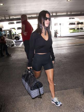 Wie kombinieren: schwarzer kurzer Pullover, schwarze Radlerhose, mehrfarbige Sportschuhe, schwarze bedruckte Leder Reisetasche