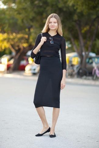 Wie kombinieren: schwarzer kurzer Pullover, schwarzer Midirock, schwarze Wildleder Ballerinas, schwarze Satchel-Tasche aus Wildleder