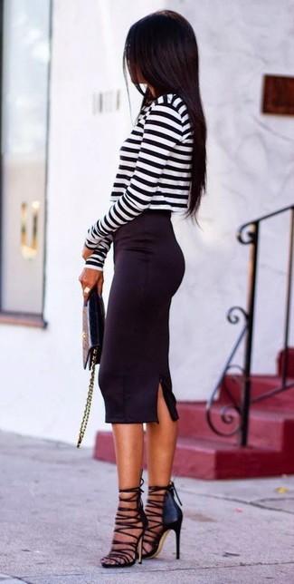 Entscheiden Sie sich für einen schwarzen und weißen horizontal gestreiften kurzen Pullover und einen schwarzen Bleistiftrock für ein Alltagsoutfit, das Charakter und Persönlichkeit ausstrahlt. Schwarze Römersandalen aus Leder liefern einen wunderschönen Kontrast zu dem Rest des Looks.